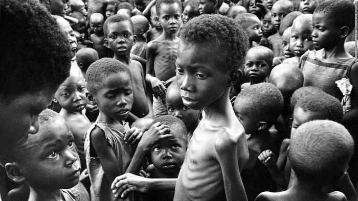 Знесилені діти-ігбо, 1970 рік. Щоб отримати перемогу над повстанцями, нігерійський уряд використовував як зброю голод. Блокада унеможливлювала отримання гуманітарної допомоги.