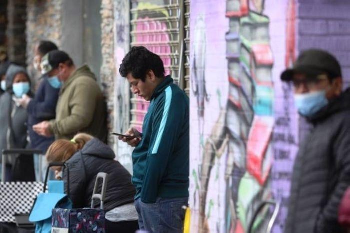 Очередь в центр социальной помощи Испания фото