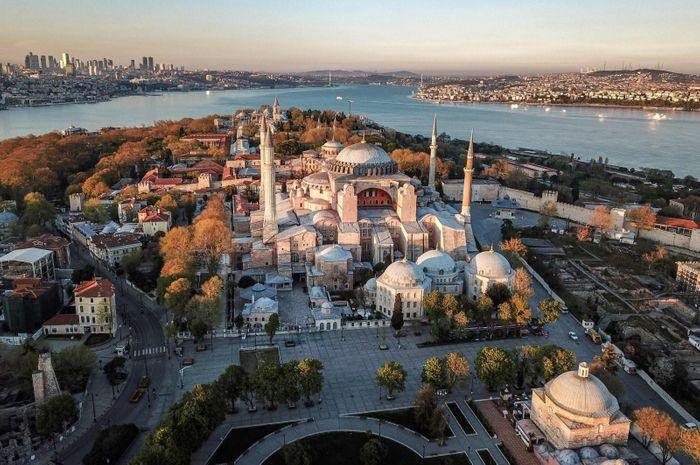 Ая-Софія функціонує як музей з 1934 року. Першим відвідувачем святині в її новому статусі став батько Турецької Республіки Мустафа Кемаль Ататюрк