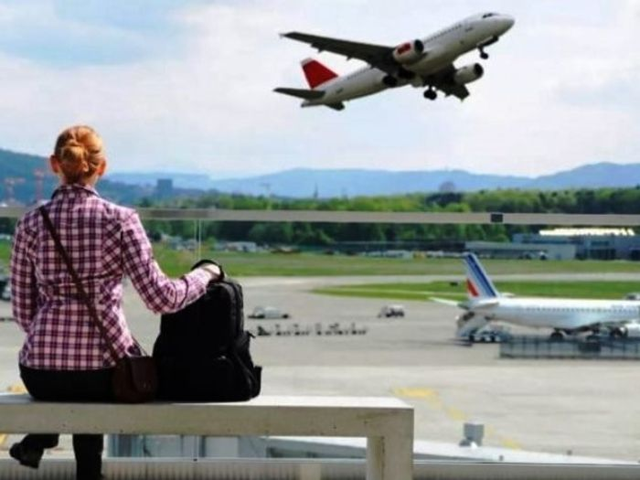 Туристка в ожидании посадки на рейс в аэропорту.фото