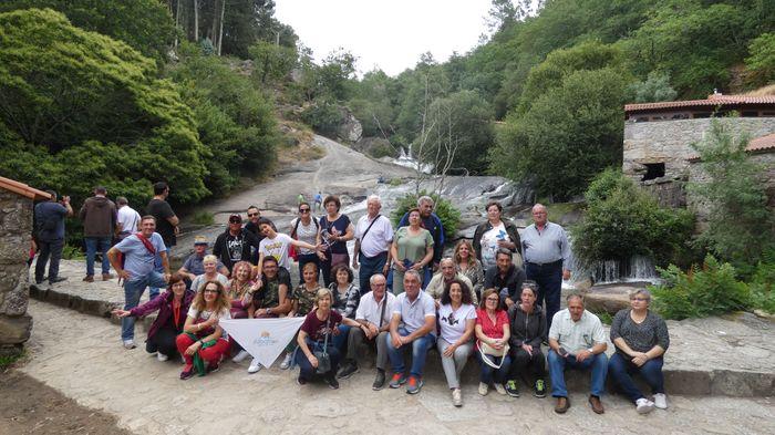 Grupo disfrutando de las CASCADAS DEL RÍO BAROSA.