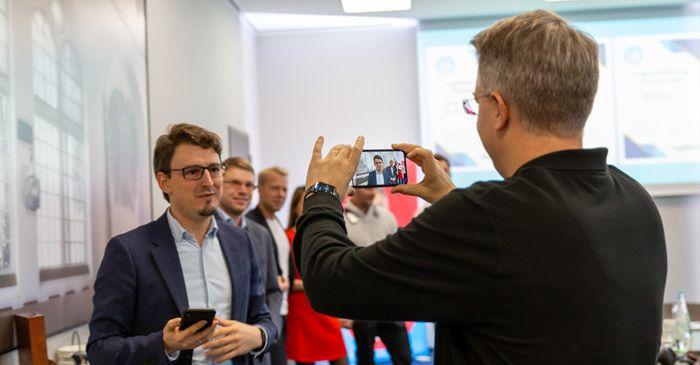 Andreas Zeitler im Live-Video-Pitch vor Thelen's 150.000 LinkedIn Followern.