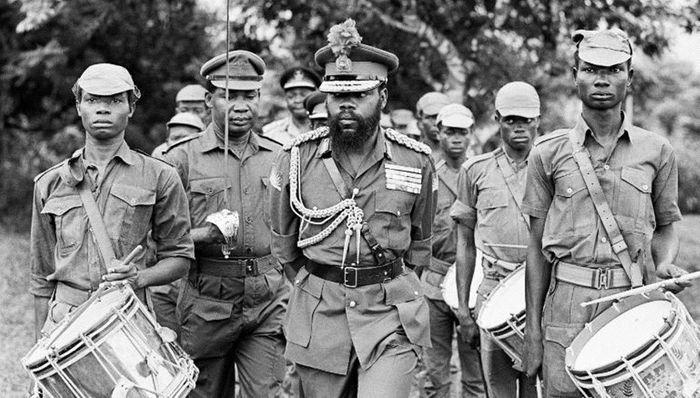 Одумегву Оджукву (в центрі), батько незалежності Республіки Біафра, оглядає біафрійські війська, 1968 рік.