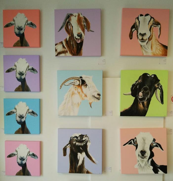 Obras a la venta en una galería de Teguise. Me recuerdan la obra de Juan del Junco.