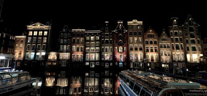 Canales de Ámsterdam de noche.
