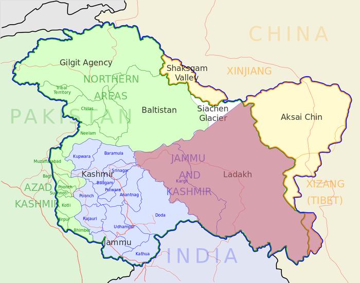 Мапа Кашміру. Індія контролює Союзну територію Ладакх (рожевий) та Союзну територію Джамму і Кашмір (синій). Вона також претендує на решту території Кашміру, що знаходиться під контролем Пакистану (зелений) і Китаю (жовтий).