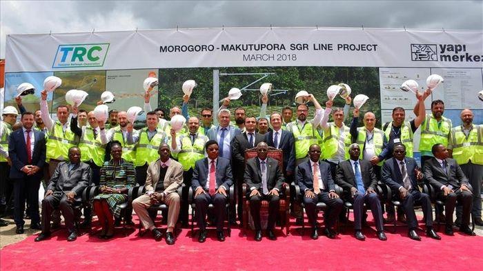 Найбільшим інфраструктурним проєктом у Танзанії є будівництво системи залізниць, що з'єднає порт Дар-ес-Салам з континентальними країнами Східної Африки