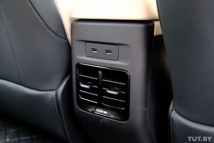 Для задних пассажиров есть USB-зарядки