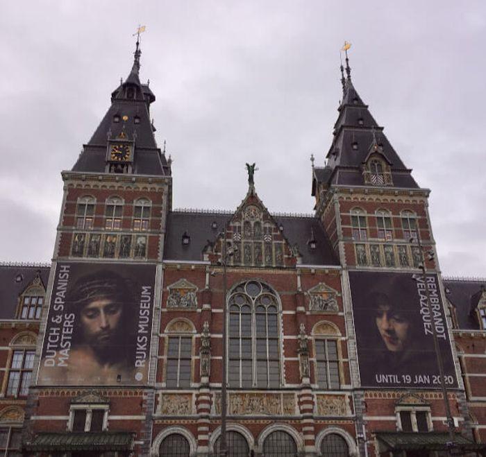 Fachada principal del magnífico edifico del Rijksmuseum.