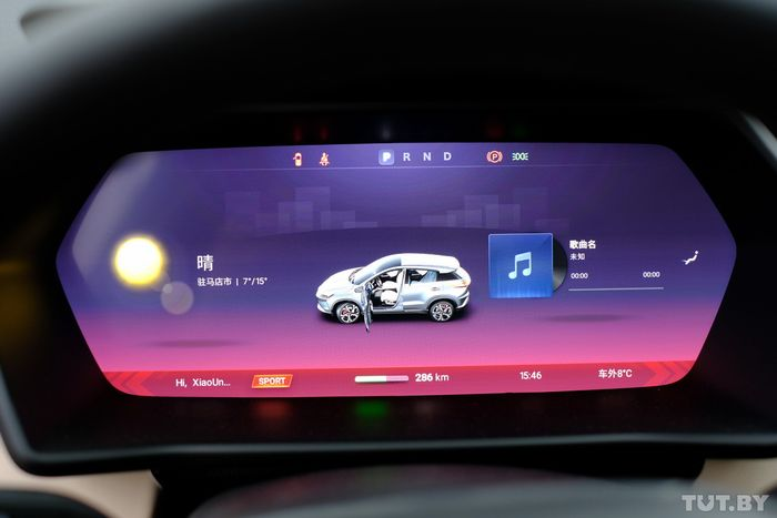 Комбинация и графика панели приборов напоминают Tesla