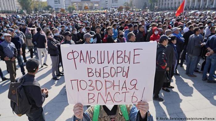 Акція протесту в Бішкеку після парламентських виборів.