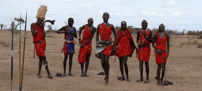 Los Masai nos reciben orgullosos con sus danzas y sus cantos. Es la bienvenida a su poblado