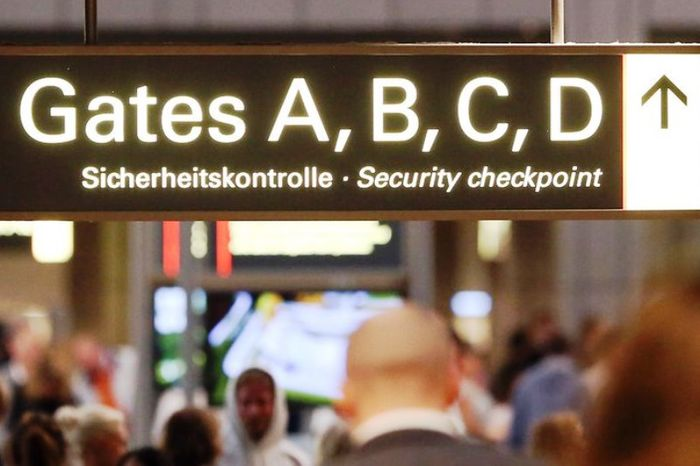Указатель на посадку в аэропорту . Фото