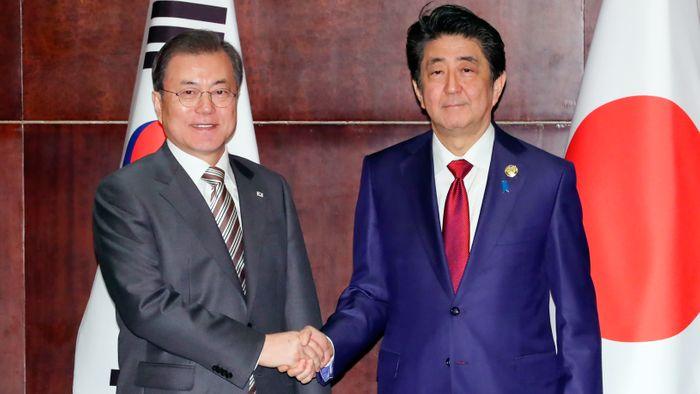 Абе Сіндзо та Мун Чже Ін у грудні 2019 року