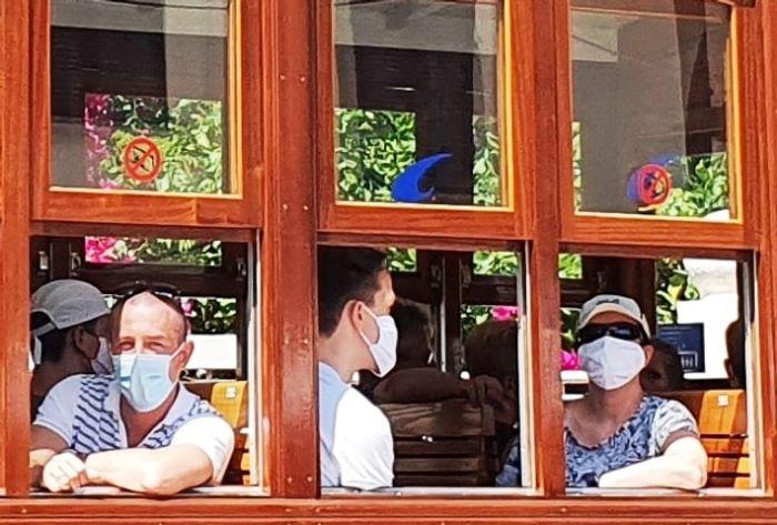 Туристы в трамвае г Сольер Майорка. Фото