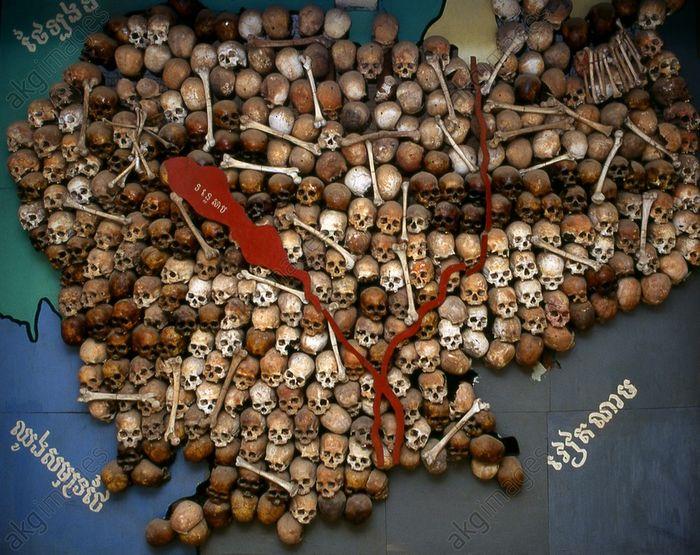 Мапа Камбоджі, складена із 300 черепів жертв комуністичного режиму Пол Пота, що знаходиться в Музеї геноциду «Туольсленг». На території Камбоджі розташовано близько 20000 тисяч полів смерті – масових поховань загиблих від рук червоних кхмерів, загальна кількість яких, за різними оцінками, дорівнює від 1,5 до 3 млн осіб.