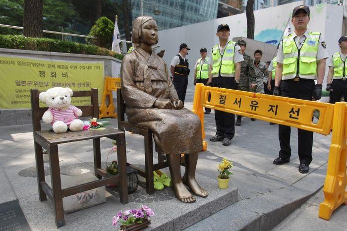 Статуя «жінці для втіхи» біля японського консульства в Пусані