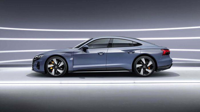 Audi представила четырехдверное электрическое купе e-tron GT с элегантным и динамичным дизайном