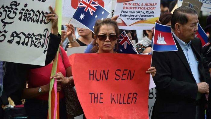 Представникикхмерської емігрантської спільноти протестують проти присутності Гун Сена на саміті АСЕАН в Сіднеї, Австралія, 2018 рік.