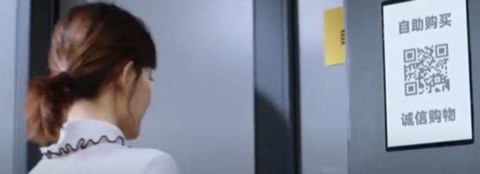 Скрін з кліпу, де показано QR-код для входу до супермаркету