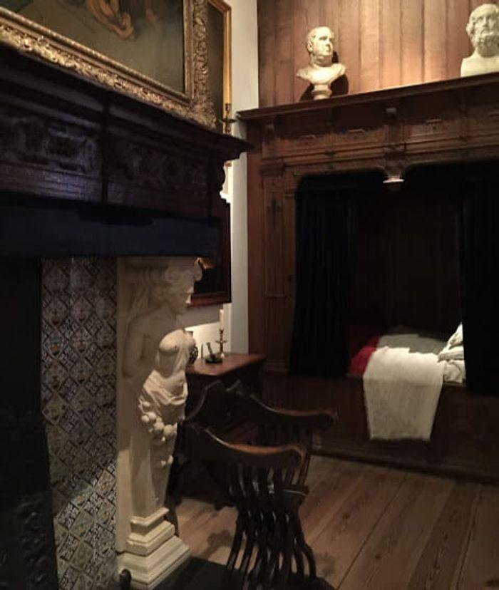 Cama caja de Rembrandt, se dormía de manera elevada para evitar la muerte súbita de noche.