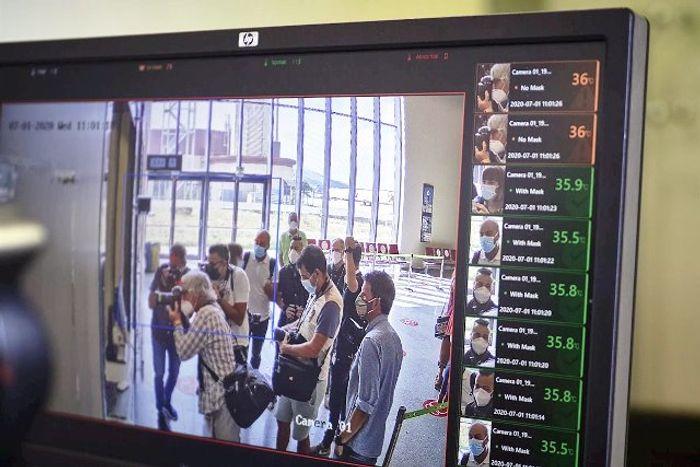 Первичный санитарный контроль в аэропорту Майорки. Фото
