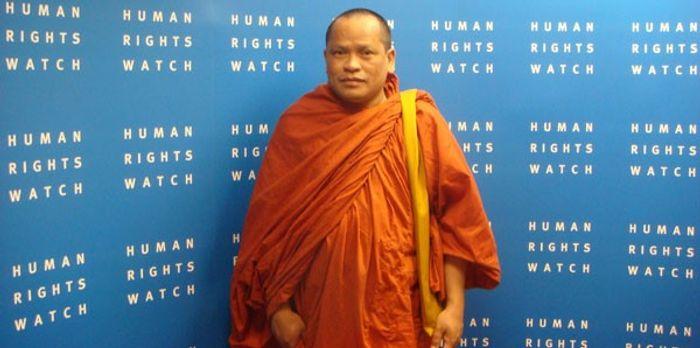 Тім Сакгорн, один з найвідомиміших кхмер-кромських монахів та правозахисників, який шукав притулку в Камбоджі, але був позбавлений релігійного сану та депортований назад до В'єтнаму, де був ув'язнений та підданий катуванням через «розпалювання міжнаціональної ворожнечі».
