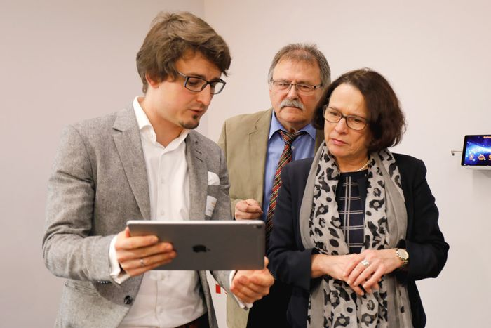Im Bild: Vuframe Geschäftsführer Andreas Zeitler, stellvertretender Landrat Willibald Hogger und Regensburgs Bürgermeisterin Gertrud Maltz-Schwarzfischer – Foto: Continental AG