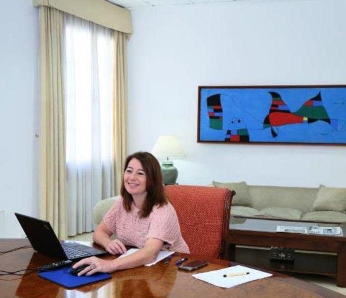 Президент правительства Балеар Франсина Арменголь фото в рабочем кабинете