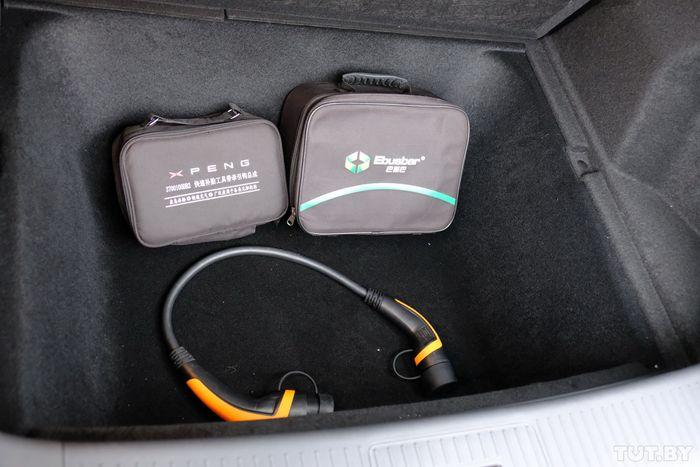 Как и у Tesla, в багажнике есть внушительное подполье, в котором обычно хранят переходники для зарядок