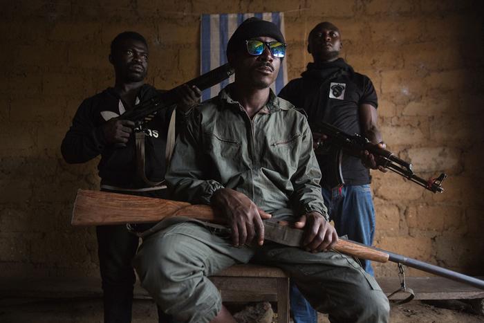 Один з лідерів амбазонських сепаратистів разом зі своїми охоронцями на фоні прапору Амбазонії