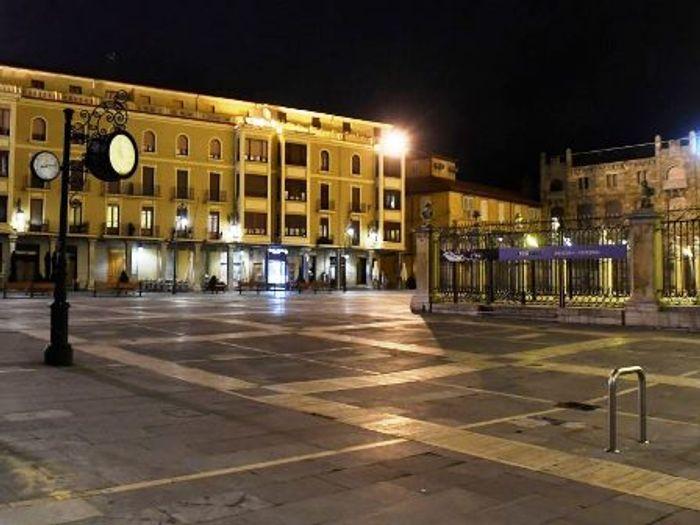 Мадридская площадь ночью. фото