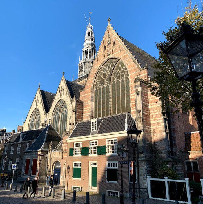 Oude Kerk en el centro histórico, junto al barrio rojo.