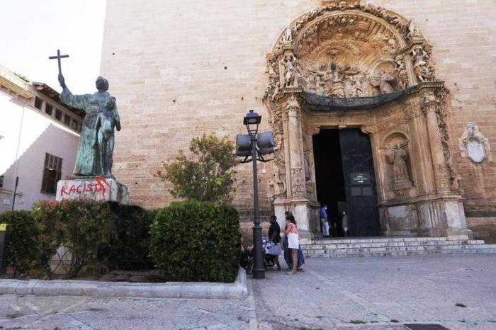 Статуя Святого Хунипера Серра с расисткими графити . Фото