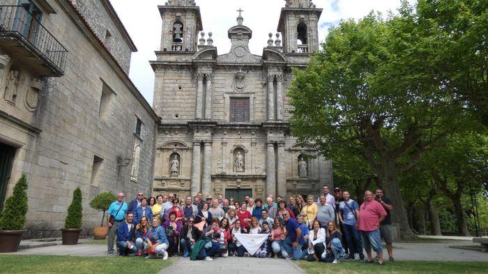 Grupo posando en la fachada del MONASTERIO DE POIO.
