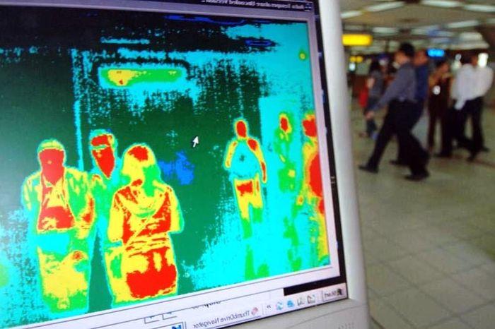 Измерение температуры пассажирам в аэропорту тепловизором. Фото