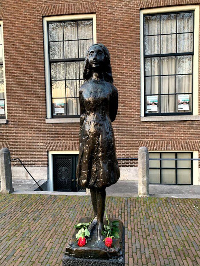 Estatua de Ana Frank, todos los días hay dos rosas rojas en su recuerdo.