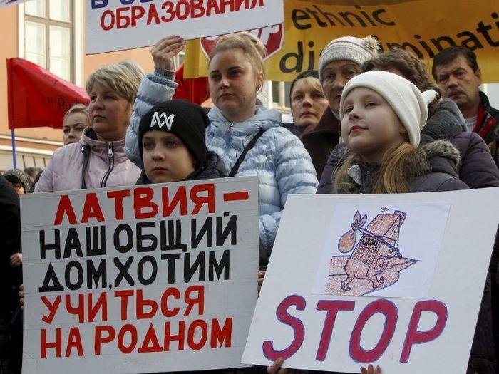 Російськомовна меншина в державах Балтії постійно протестує проти національних заходів зі зменшення використання російської мови в публічному житті, насамперед в освіті