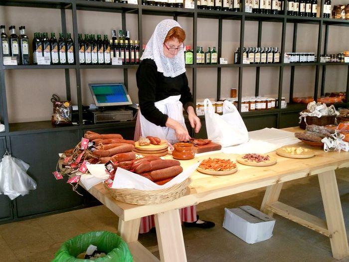Традиционные майоркинские угощения собрасада, овечий сыр, инжирный хлеб