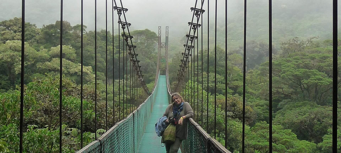 Mi queridísima amiga Antonia en Monteverde - Este Skywalking estaba a más de 50 m de altura  - Así de fácil se atraviesa la selva