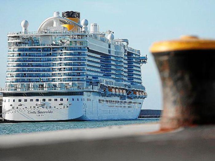Круизный лайнерCosta Smeralda в порту.фото