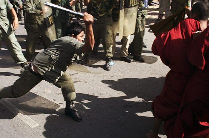 Розгін мирної демонстрації ченців-біженців з В'єтнаму, солідарних з виступами монахів на батьківщині. Пномпень, 2007 рік